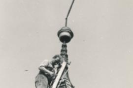 Kirche Blankenhagen - Turmsanierung 1969 - Wetterhahn wird abgenommen