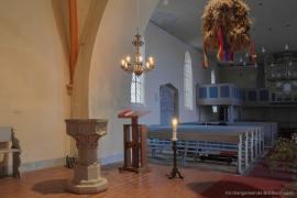 Kirche Blankenhagen - Kronleuchter und Taufstein